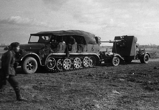 Wehrmacht Heer / Luftwaffe Flugabwehrkanone FLAK 36/37 8,8 cm / 88 mm (KRUPP) mit Krauss-Maffei Sd.Kfz 7 Halbkettenfahrzeug / Mittlerer Zugkraftwagen 8 t