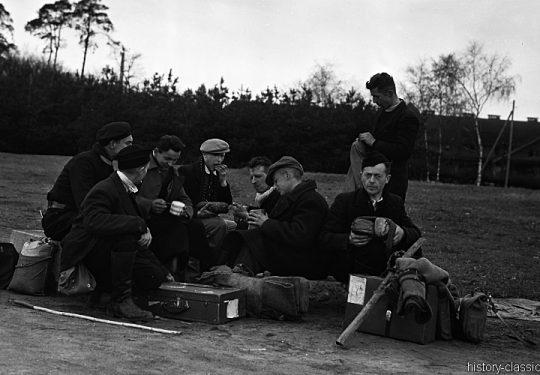 Wehrmacht Soldaten in alliierter Kriegsgefangenschaft / German Soldiers as POW - Aus der Kriegsgefangenschaft entlassen