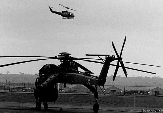 US ARMY / United States Army  Sikorsky CH-54 Tarhe / S-64 Skycrane - USA Vietnam-Krieg / Vietnam War - 935TH MED DET K O Vietnam