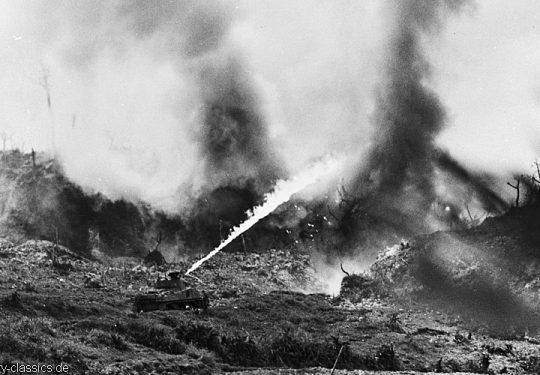 2. Weltkrieg USA Asien / Pazifik - Invasion / Landing Operation - Flammpanzer / Flame Tank M4A3 Sherman