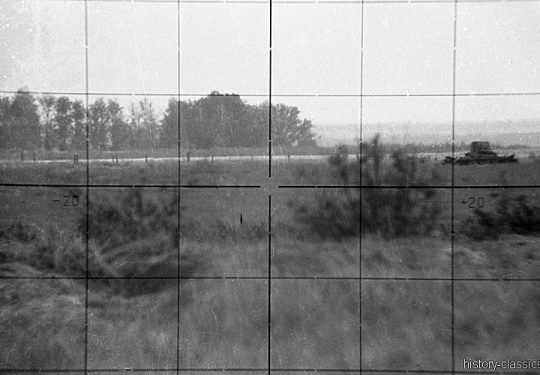 2. Weltkrieg Sowjetarmee / Rote Armee – Blick durch Scherenfernrohr SF 14 Z bei einem Panzerangriff der Roten Armee an der Ostfront