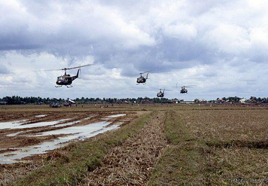 US ARMY / United States Army  BELL UH-1D - USA Vietnam-Krieg / Vietnam War - Bearcat Base