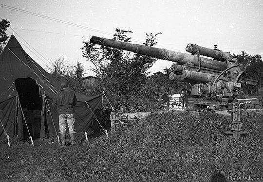Wehrmacht Heer / Luftwaffe Flugabwehrkanone FLAK 18 8,8 cm / 88 mm (KRUPP) - Augabe nach Rückzug wegen der anrückenden US-Truppen