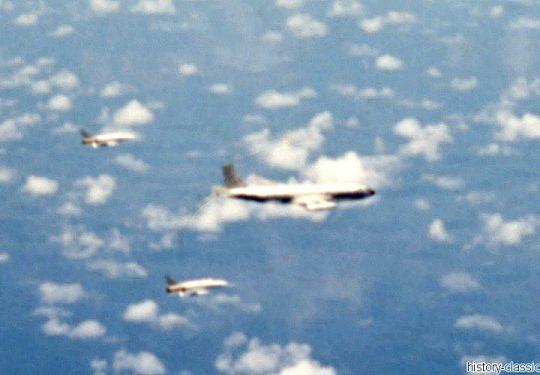 USAF United States Air Force Boeing KC-135A Stratotanker mit Escorte von 2 North American F-100C Super Sabrer