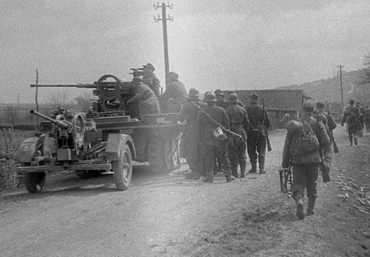 2. Weltkrieg Wehrmacht Heer Europa – Kroatien 1944 Rückzug - Sd.Kfz 10/4 1t mit Flugabwehrkanone FLAK 38 2 cm