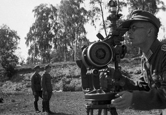 Wehrmacht Heer Ausbildung - Artillerie - Frankreich 1943 - Rundblickfernrohr mit Entfernungsmesser