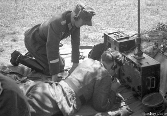 Wehrmacht Heer Ausbildung - Artillerie - Frankreich 1943 – Mit Tornister Funkgerät TFuG. k