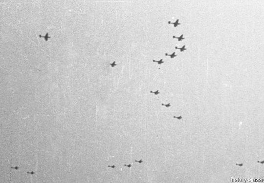 2. Weltkrieg Wehrmacht Europa – Einmarsch und Besetzung Frankreich - Blitzkrieg Junkers Ju 87 vor einem Bombenangrif