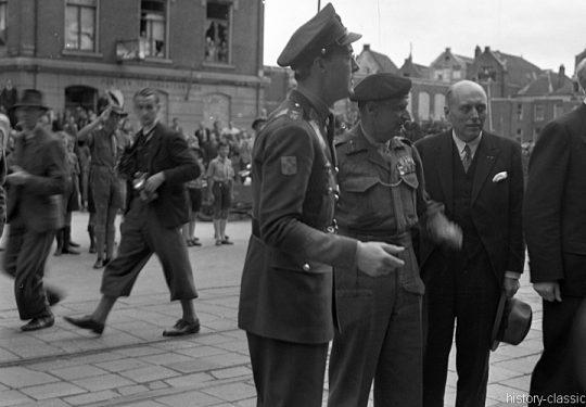 2. Weltkrieg Kanada Europa - Kanadische Armee / Canadian Army Armée Canadienne - I Canadian Corps with General Montgomery & Prince Leopold Bernhard – Niederlande Apeldoorn / Netherlands Apeldoorn