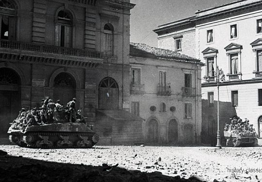 Kanadische Armee / Canadian Army Armée Canadienne - Panzer Sherman III / Tank Mk III - Süditalien / Southern Italy - Potenza Basilicata and Piazza Mario Pagano