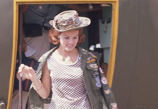 USA Vietnam-Krieg / Vietnam War - Unterhaltung - Truppenbetreuung / Entertainment - Troop Support with Anita Bryant