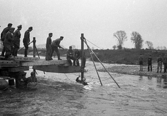 Wehrmacht Ausbildung der Brückenpioniere / Brückenbau