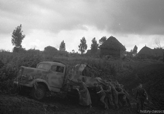 2. Weltkrieg Wehrmacht Heer – Schlammig im Niemandsland der Ostfront - Opel Blitz mit Flak 38 2 cm / 20 mm