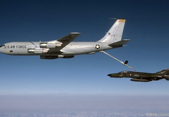 USAF United States Air Force Boeing KC-135E Stratotanker mit McDonnell Douglas F-4E Phantom II
