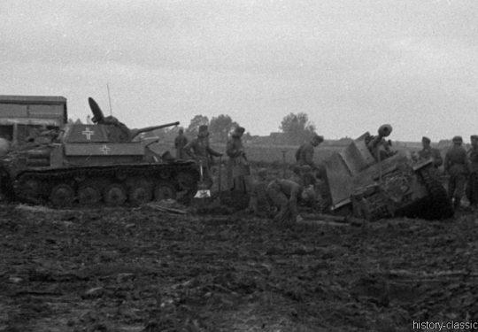 2. Weltkrieg Wehrmacht Heer – Schlammig im Niemandsland der Ostfront - Leichter Panzer Beutefahrzeug (Sowjetunion) T-70 und Panzerjäger Marder II