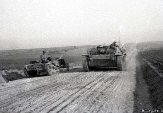 Wehrmacht Heer Transportpanzer und Artillerieschlepper Beutefahrzeug (Frankreich) Renault UE Chenillette & Sturmgeschütz III StuG III Ausf. B