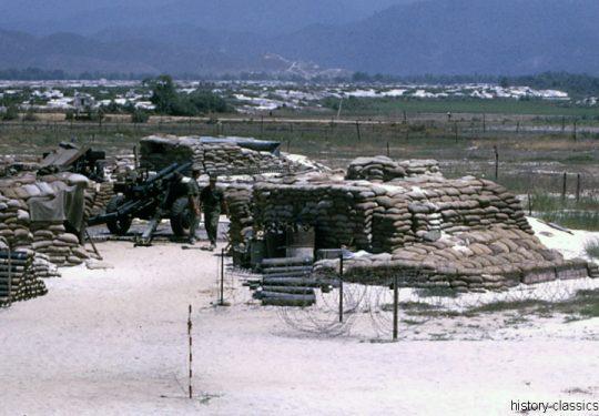 USMC United States Marine Corps Leichte Feldhaubitze M101 - M2 105 mm / Leight Howitzer M101 - M2 4.1 Inch - USA Vietnam-Krieg / Vietnam War 1st Battalion Whiskey Battery Da Nang