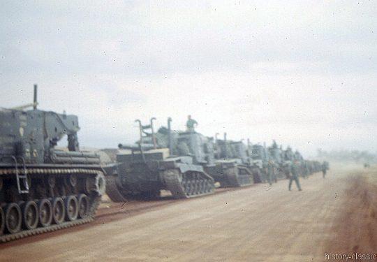USMC United States Marine Corps Panzerhaubitze M53 155 mm / Self-Propelled Howitzer SPH M53 6.1 Inch - USA Vietnam-Krieg / Vietnam War