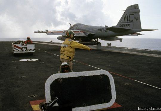 US NAVY / United States Navy Grumman A-6E Intruder - Flugzeugträger  Kitty-Hawk-Klasse / Aircraft Carrier  Kitty-Hawk-Class - USS John F. Kennedy CV-67