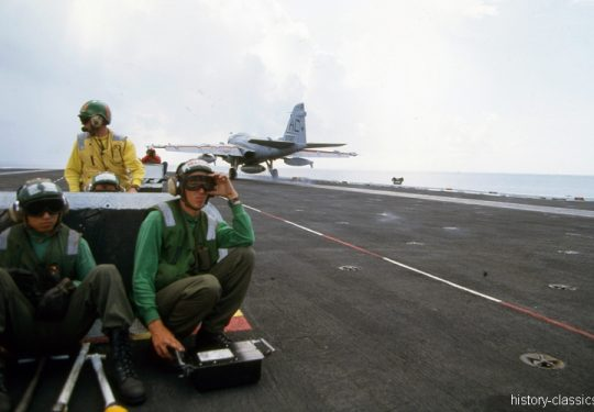 US NAVY / United States Navy Flugzeugträger Kitty-Hawk-Klasse / Aircraft Carrier Kitty-Hawk-Class - USS John F. Kennedy CV-67 - Grumman A-6E Intruder launch / take off