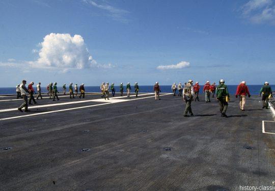 US NAVY / United States Navy Flugzeugträger Kitty-Hawk-Klasse / Aircraft Carrier Kitty-Hawk-Class - USS John F. Kennedy CV-67 - Landing Deck