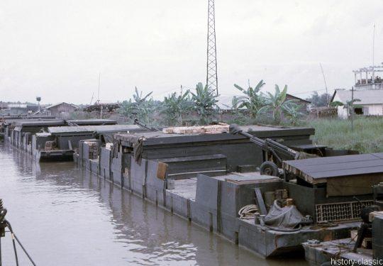 USA Vietnam-Krieg / Vietnam War - Artillery Barge Riverine & Leichte Feldhaubitze M102 105 mm / Leight Howitzer M102 - 4.1 Inch
