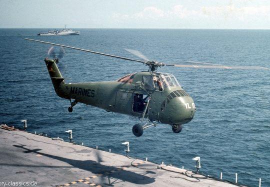 US NAVY / United States Navy Amphibious Assault Ship USS Princeton LPH-5 USMC United States Marine Corps Sikorsky HUS-1 / UH-34D / S-58 Seahorse - USA Vietnam-Krieg / Vietnam War