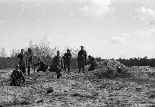 Wehrmacht Luftwaffe Ausbildung mit Gasmasken und MG 34 / German Air Force Training / Military School with Gas Mask and MG 34