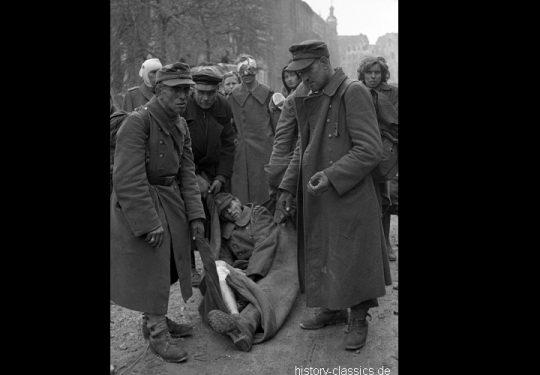 2. Weltkrieg Sowjetarmee / Rote Armee – Kampf und Schlacht um Berlin 30.04.1945 / 30. April 1945 - Wehrmacht Soldaten in alliierter Kriegsgefangenschaft / German Soldiers as POW