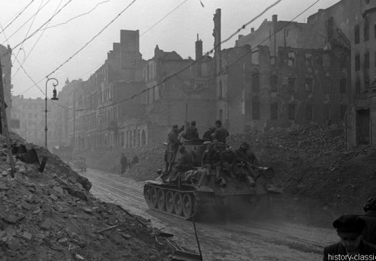 2. Weltkrieg Sowjetarmee / Rote Armee – Kampf und Schlacht um Berlin 29.04.1945 / 29. April 1945 - T-34/85