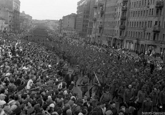 Wehrmacht Soldaten in sowjetischer Kriegsgefangenschaft / German Soldiers as POW by Red Army - Moskau 1944 / Moscow 1944
