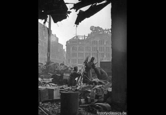 2. Weltkrieg Sowjetarmee / Rote Armee – Kampf und Schlacht um Berlin 29.04.1945 / 1. Mai 1945 - Kaufhaus Hermann Tietz / HERTIE - Mörser 120 mm