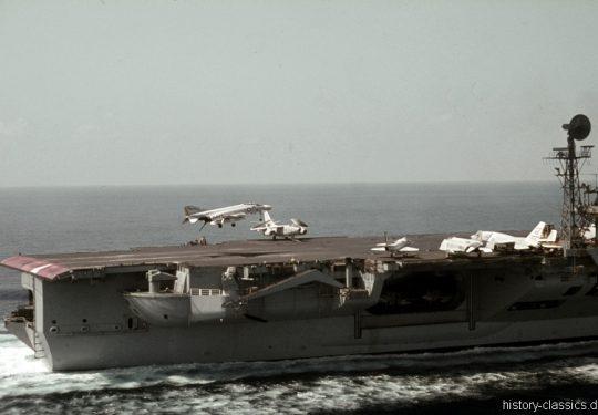 US NAVY / United States Navy Flugzeugträger Kitty-Hawk-Klasse / Aircraft Carrier  Kitty-Hawk-Class - USS America CV-66 - McDonnell Douglas F-4B Phantom II / Douglas EA-3B (A3D-2Q) Skywarrior / North American RA-5C Vigilante / Douglas A4D-2N Skyhawk