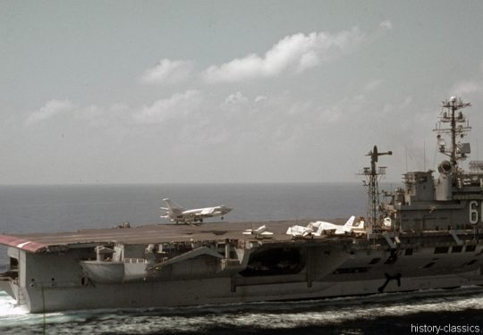 US NAVY / United States Navy Flugzeugträger Kitty-Hawk-Klasse / Aircraft Carrier  Kitty-Hawk-Class - USS America CV-66 - Douglas EA-3B (A3D-2Q) Skywarrior / North American RA-5C Vigilante