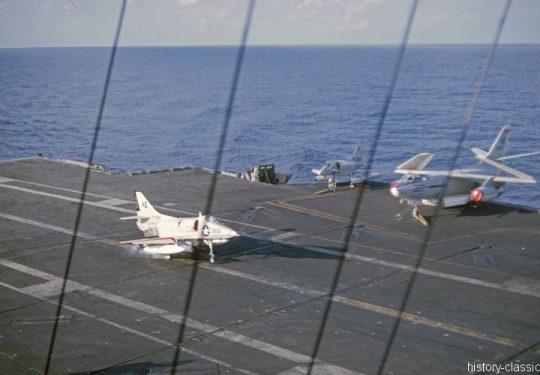 US NAVY / United States Navy Flugzeugträger Kitty-Hawk-Klasse / Aircraft Carrier  Kitty-Hawk-Class - USS America CV-66 - Douglas A4D-2N Skyhawk / Douglas EA-3B (A3D-2Q) Skywarrior