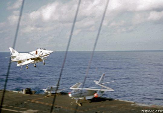 US NAVY / United States Navy Flugzeugträger Kitty-Hawk-Klasse / Aircraft Carrier  Kitty-Hawk-Class - USS America CV-66 - Douglas A4D-2N Skyhawk