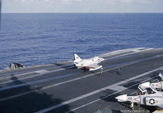 US NAVY / United States Navy Flugzeugträger Kitty-Hawk-Klasse / Aircraft Carrier  Kitty-Hawk-Class - USS America CV-66 - Douglas A4D-2N Skyhawk / McDonnell Douglas F-4B Phantom II