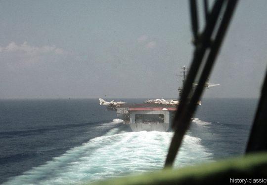 US NAVY / United States Navy Flugzeugträger Kitty-Hawk-Klasse / Aircraft Carrier  Kitty-Hawk-Class - USS America CV-66 - Douglas EA-3B (A3D-2Q) Skywarrior