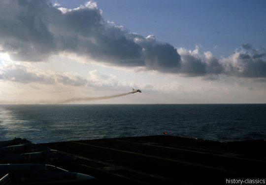 US NAVY / United States Navy Flugzeugträger Kitty-Hawk-Klasse / Aircraft Carrier  Kitty-Hawk-Class - USS America CV-66 - McDonnell Douglas F-4B Phantom II / North American RA-5C Vigilante / Douglas A4D-2N Skyhawk