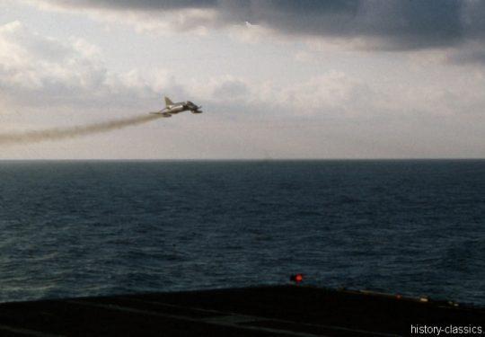 US NAVY / United States Navy Flugzeugträger Kitty-Hawk-Klasse / Aircraft Carrier  Kitty-Hawk-Class - USS America CV-66 - McDonnell Douglas F-4B Phantom II