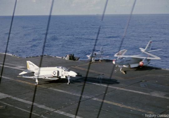 US NAVY / United States Navy Flugzeugträger Kitty-Hawk-Klasse / Aircraft Carrier  Kitty-Hawk-Class - USS America CV-66 - McDonnell Douglas F-4B Phantom II / Douglas A4D-2N Skyhawk