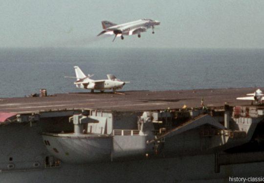 US NAVY / United States Navy Flugzeugträger Kitty-Hawk-Klasse / Aircraft Carrier  Kitty-Hawk-Class - USS America CV-66 - McDonnell Douglas F-4B Phantom II / Douglas EA-3B (A3D-2Q) Skywarrior / Douglas A4D-2N Skyhawk