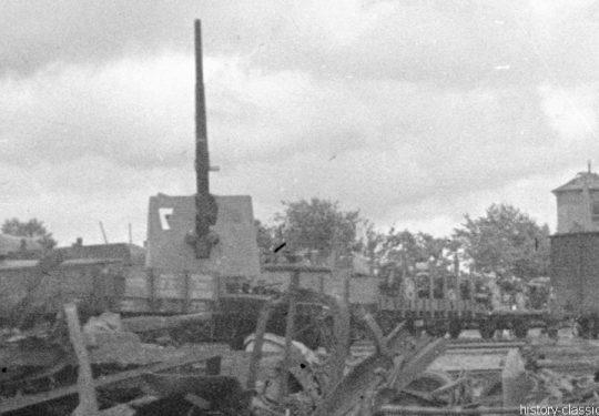 Wehrmacht Heer Leichte Feldhaubitze leFH 18/40 10,5 cm - Militärtransport mit Flugabwehrkanone FLAK 18 8,8 cm / 88 mm